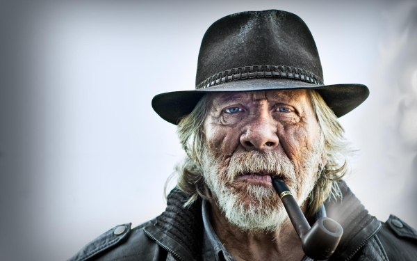 old_man_portrait_pipe_hat_75755_3840x2400