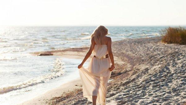 girl_beach_walking_wind_92264_3840x2160