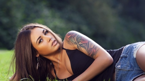 diana_melison_grass_tattoo_model_66283_3840x2160